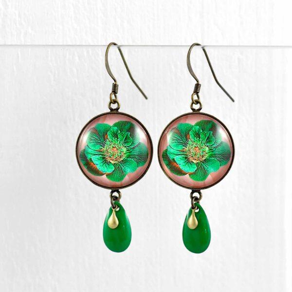 Boucles d'oreilles rondes Fleurs électriques et pampilles vertes ©Kim et Lilas